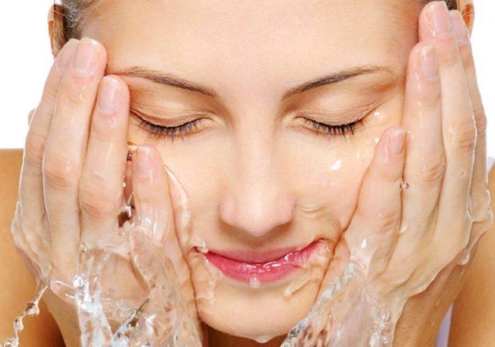 água gelada no rosto