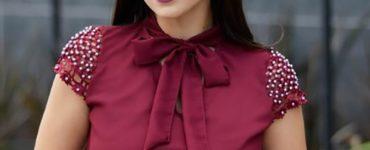 modelo vestindo blusa evangélica vinho, com laço.