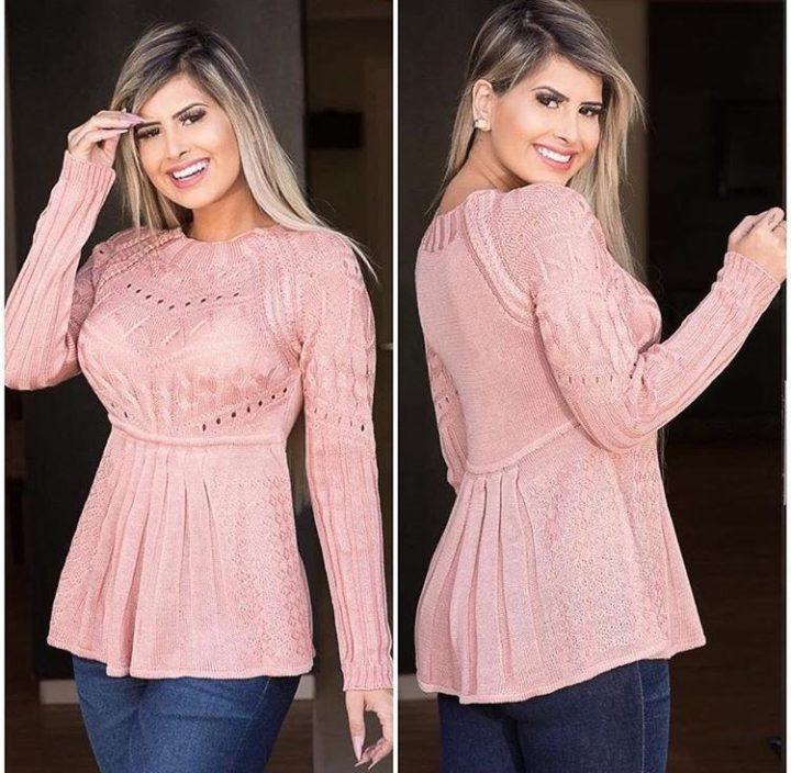 modelo vestindo blusa evangélica rosa claro, em tricot.