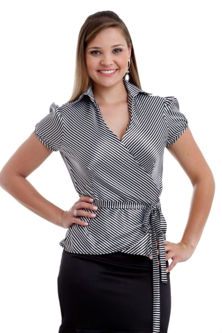 modelo vestindo blusa evangélica transpassada, listrada.