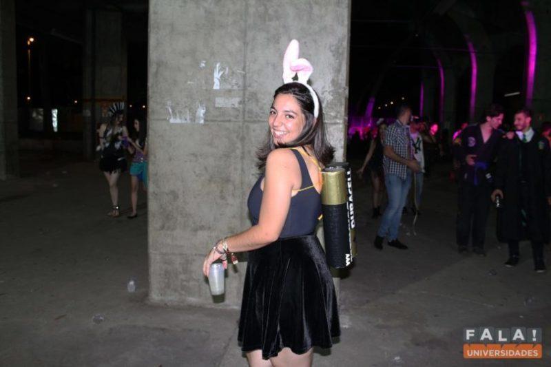 modelo vestindo fantasia de coelhinho da duracell.