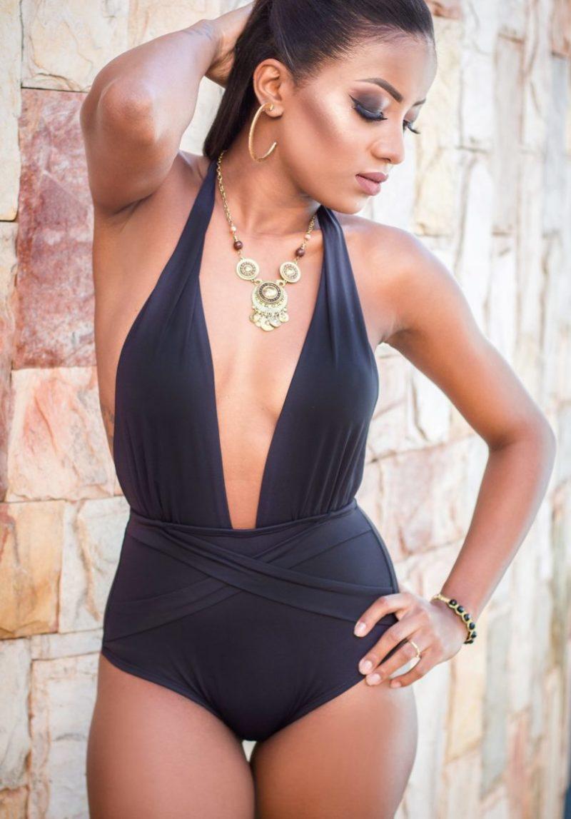 modelo vestindo maiô preto com decote profundo.