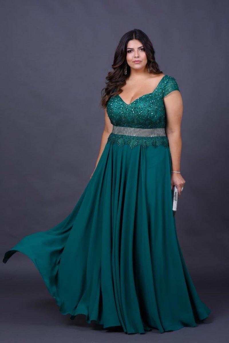 modelo vestindo vestido de festa verde
