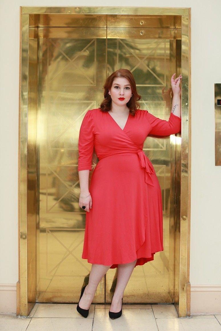 Modelo plus size vestindo vestido de vesta vermelho em modelo envelope.
