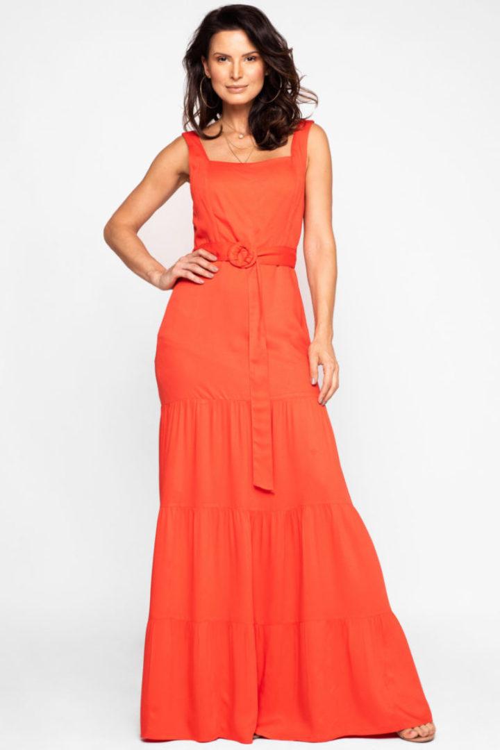 modelo com vestido laranja, longo e com decote quadrado.