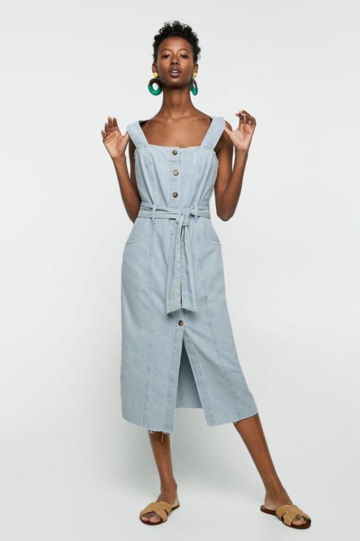 modelo vestindo vetstido com botões e decote quadrado, jeans.