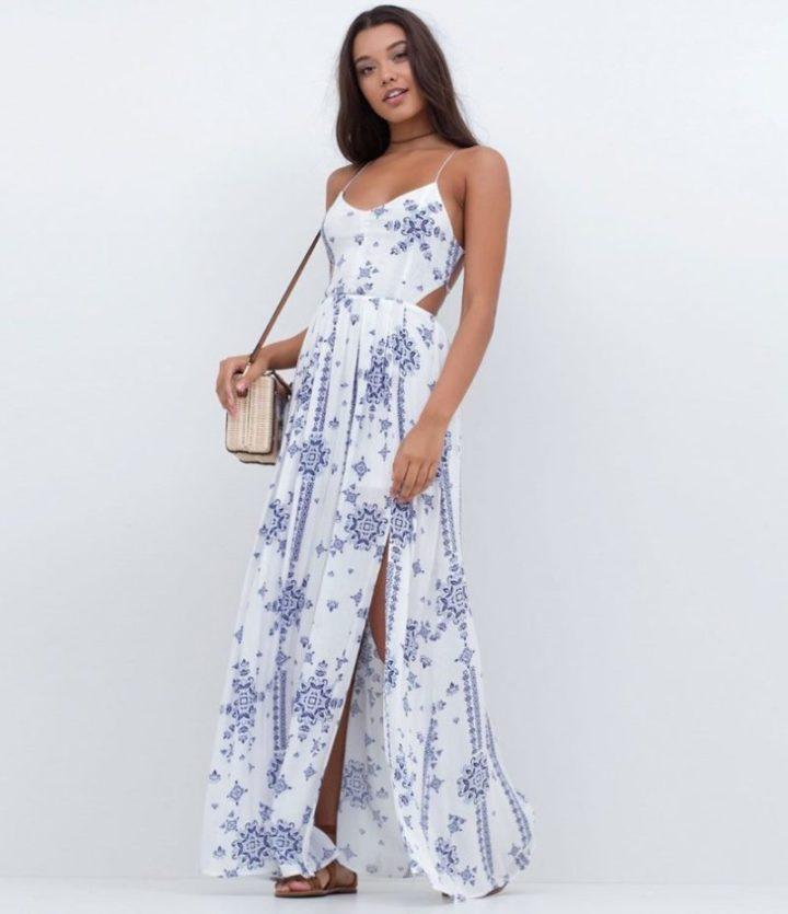 modelo vestindo vestido longo esvoaçante.