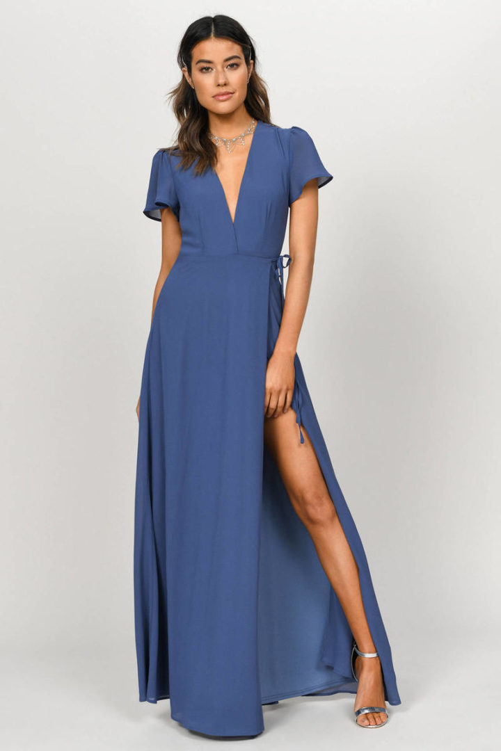 modelo vestindo maxi dress azul.
