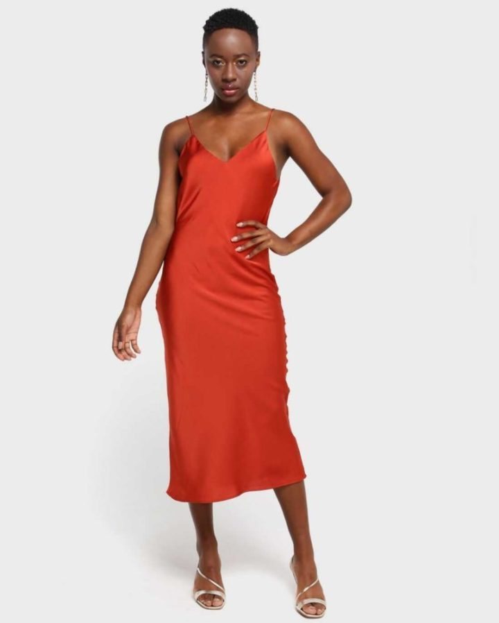 modelo vestindo slip dress laranja.