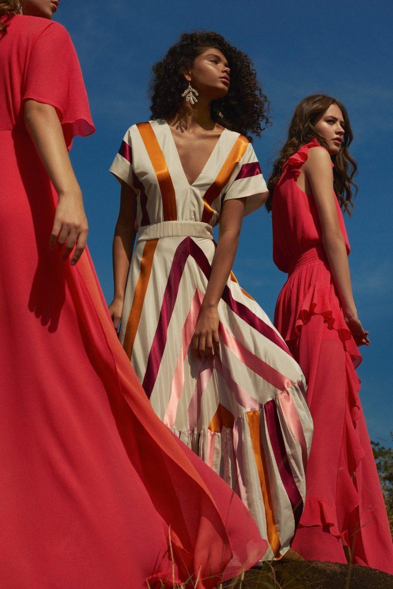 modelos vestindo vestidos em tons solares.